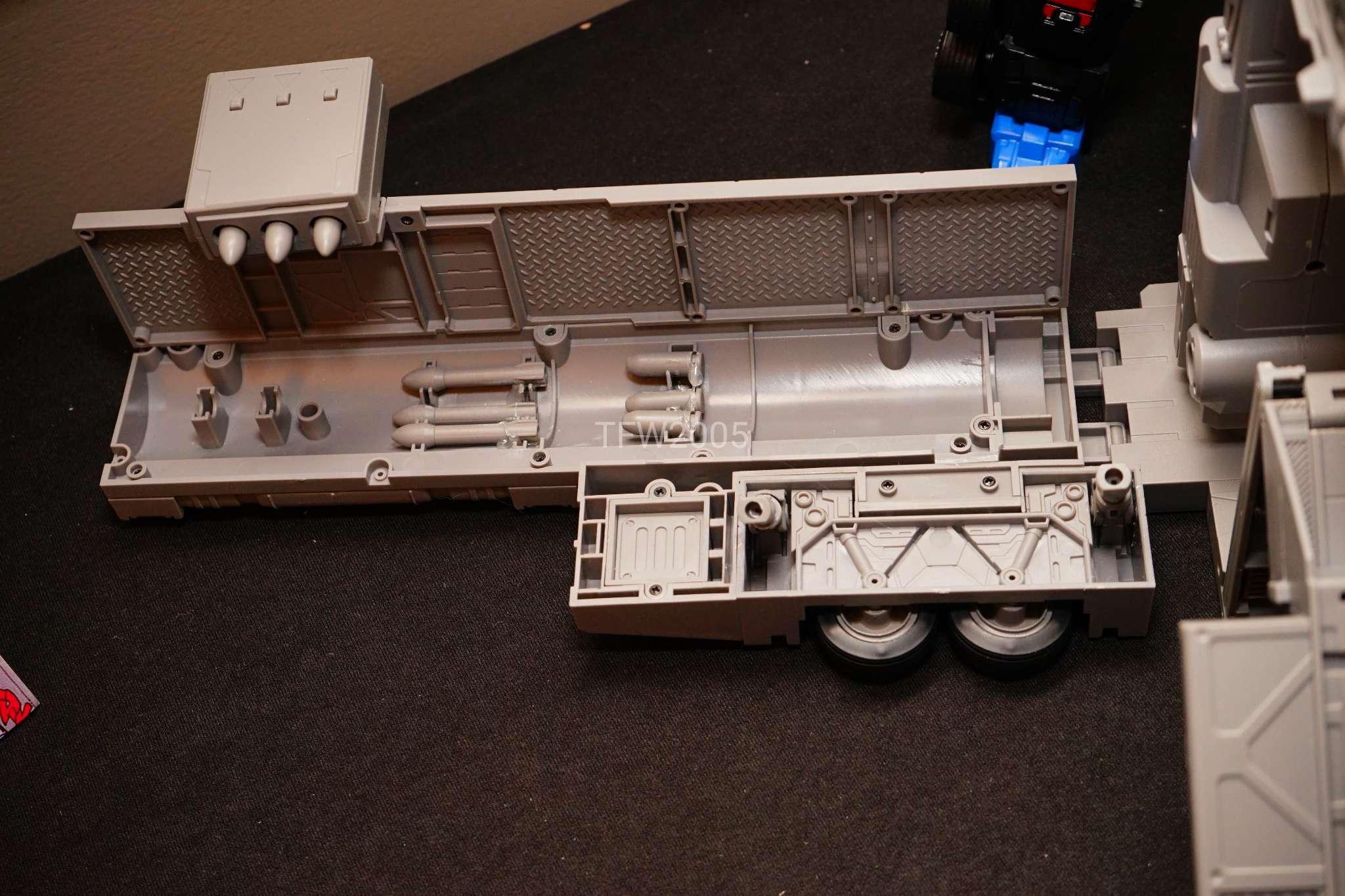 [FansHobby] Produit Tiers - Master Builder MB-01 Archenemy (aka Scourge RID 2000),  MB-04 Gunfighter II (aka Laser Optimus G2) et MB-09 Trailer (remorque) - Page 2 E2z9f7xt_o